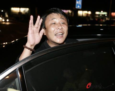图文:王楠回乡筹备婚礼 老公郭斌迎接王楠