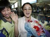 组图:王楠回乡筹备婚礼 手捧鲜花幸福溢于言表