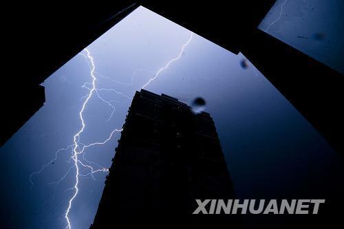 资料图:9月7日凌晨,一道闪电划破北京天空。当日4时,北京气象台发布雷电黄色预警和暴雨蓝色预警信号。新华社记者 刘杰 摄