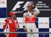 图文:F1比利时站马萨夺冠 领奖台上瞄准小汉