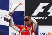 图文:F1比利时站马萨夺冠 高举奖杯剑指冠军
