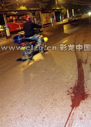 在北京路与环城北路交叉处,地面上留有长长的血迹 记者 张玉杰/摄