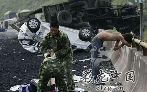 事故现场,王某(右)在女友遗体旁泣不成声。记者 李振宇/摄