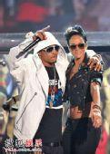 现场:蕾哈娜与嘻哈男星T.I.热拥对歌