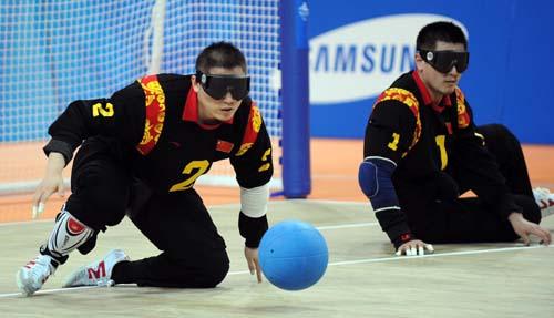 中国男子盲人门球队队员蔡长贵(左)在比赛中准备接球
