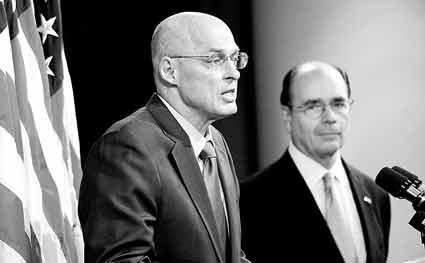 """美国财政部部长保尔森(左)宣布政府接管""""两房"""",右为联邦住房金融署署长詹姆斯·洛克哈特"""