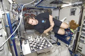 查米托夫在国际空间站内下棋。