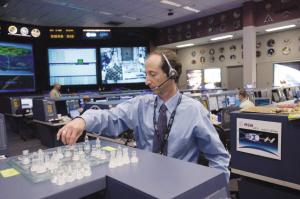 美国休斯敦太空中心地面控制室内的飞行主管克里斯·伊迪兰在和查米托夫对弈。