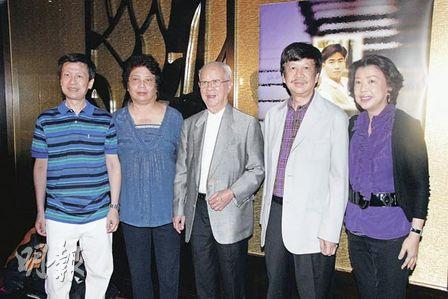 陈百强父母(左二、三)放下芥蒂,偕同丹尼仔两名兄长陈百灵(右二)、陈百敏(左一)及家姐陈小仪(右一)一起为丹尼仔出席生忌晚会。
