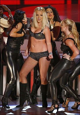 身材走样的布兰妮去年参加VMA
