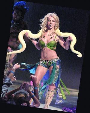 2001年布兰妮抱着大蟒蛇起舞