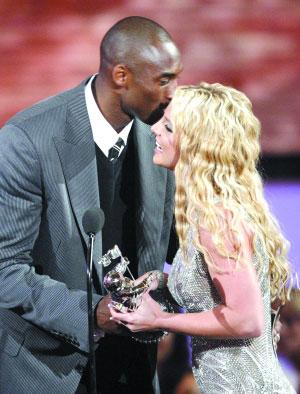 科比颁奖时拥吻布兰妮