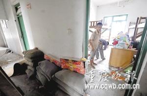 宿舍一直没有改造好,到处是建材和垃圾。