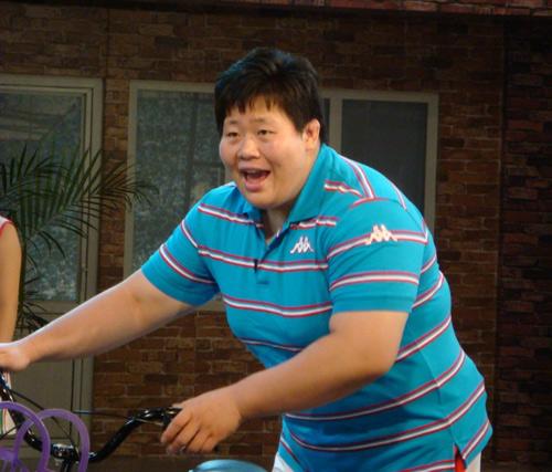佟文骑自行车参加节目