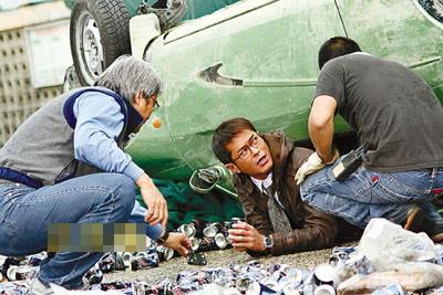 """导演陈木胜作安排,古天乐乖乖地被""""压""""在车中。"""