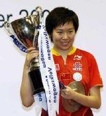 图文:李晓霞夺世界杯冠军 高举奖杯笑容灿烂