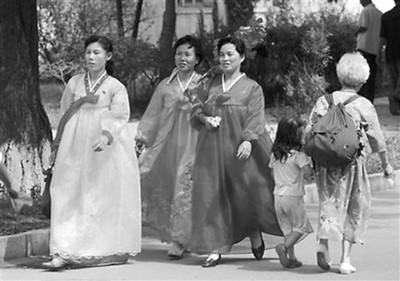 身着节日盛装的朝鲜妇女参加演出排练
