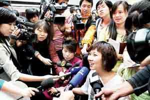 媒体将秦园园围个水泄不通 本版摄/记者柴程