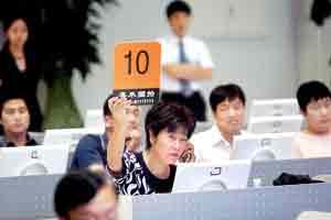 李秀霞成功拍得1号标的