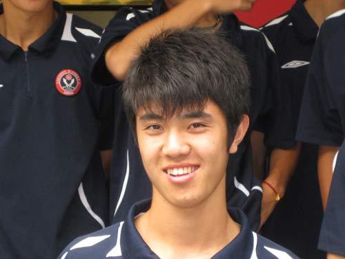 灿烂笑容 成足u19队员出征香港联赛 王安治在其中