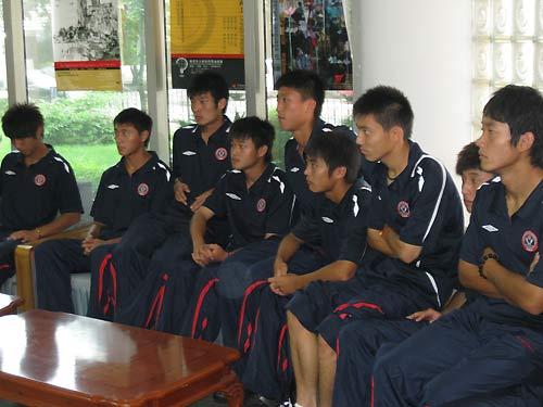 队员们认真聆听 成足u19队员出征香港联赛 王安治在其中