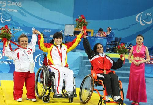 肖翠娟为中国代表团夺得举重项目的首金。搜狐体育 昌盛/摄