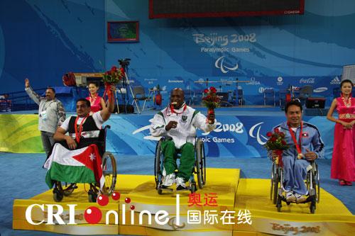 获得男子举重48公斤级的冠军尼日利亚选手、亚军约旦选手和季军老挝选手在领奖台上