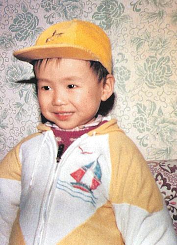 5岁时终于有张忧郁一点的照片了。
