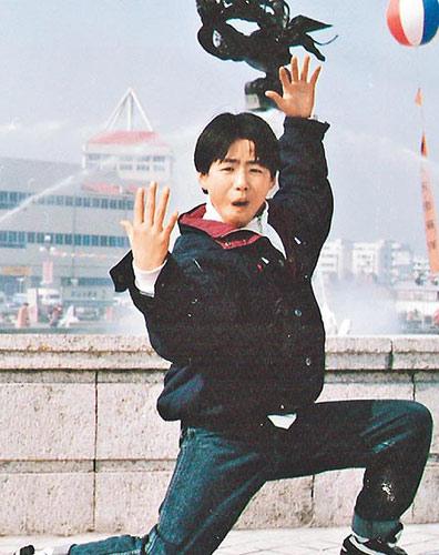 他12岁起迷上功夫片,常幻想自己是动作巨星。