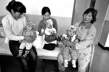 这是其中的三名患儿躺在亲人怀里。
