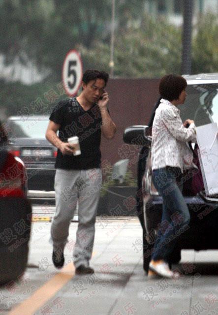 陈奕迅边疾步前行边打电话,是在给老婆女儿报平安吗?