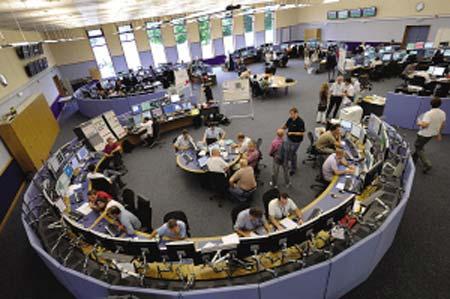 9月10日,欧洲核子研究中心的科学家在瑞士日内瓦附近的大型强子对撞机控制中心忙碌。