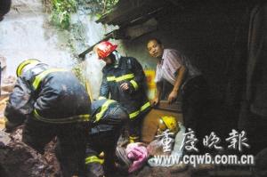 消防员在抢救