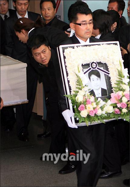 安在焕遗体被送往火葬场途中