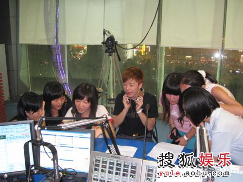 幸运的歌迷和王栎鑫一起在直播间