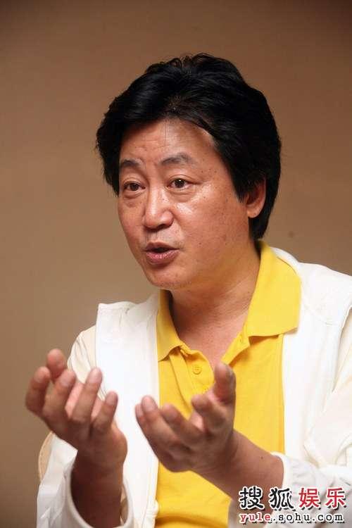 赵宝刚导演在讲解《夜幕下的哈尔滨》