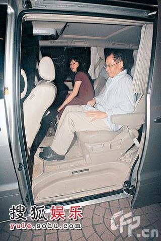李宁与妻子也用上了娱乐圈内常见的保姆车了