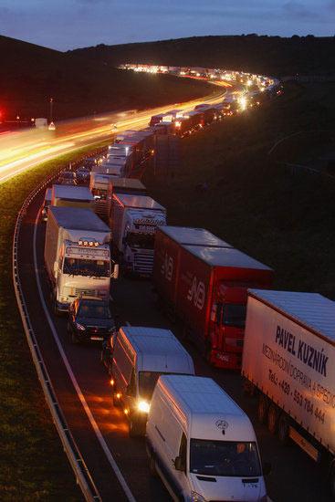 英国通往隧道的M20公路出现大量拥堵,货运卡车在高速公路上排队。