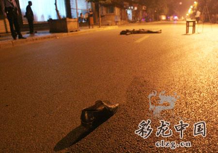 知情人称见到死者出事前躺在公路上。记者张玉杰/摄