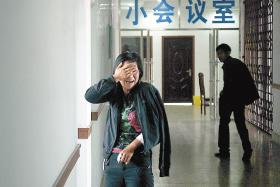 王女士在医院的走廊里掩面而泣 本报记者 阚旋 摄