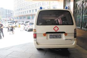 停在医院的黑救护车 本报记者 车英 摄