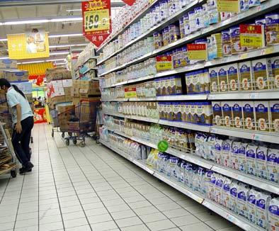 椰城超市连夜将三鹿婴幼儿奶粉撤柜