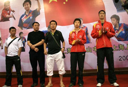 图文:奥运冠军走进校园 张怡宁王励勤出席活动