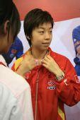 图文:奥运冠军走进校园 张怡宁带上红领巾