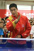 图文:奥运冠军走进校园 王励勤亲自上阵