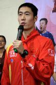 图文:奥运冠军走进校园 王励勤发言