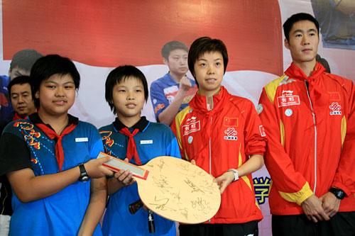 奥运冠军和小朋友互赠礼品