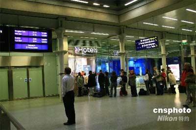图为11日晚间,伦敦圣潘克斯火车站取消了前往巴黎和布鲁塞尔的列车,现场滞留的乘客被迫排队等候订酒店。