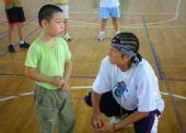 图文:2008李秋平篮球俱乐部 教练与小学员交心