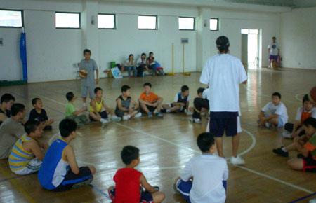 图文:2008李秋平篮球俱乐部 教练与学员们一起互动